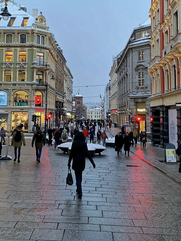 Cruce entre calles Karl Johans y Nedre Slotts