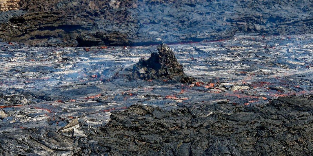 Isla en el río de lava