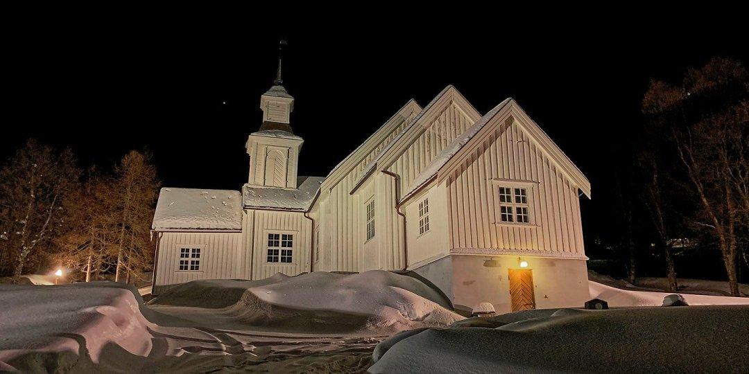 La iglesia de Skjervøy iluminada