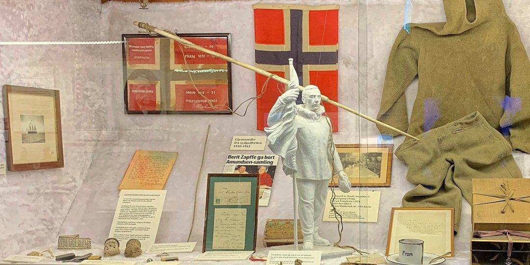 Vitrina en la sala de Roald Amundsen