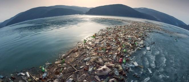Plastica nell'acqua, ne beviamo 5 grammi alla settimana