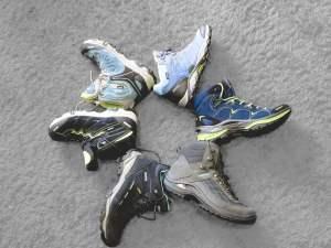 Sechs verschiedene Schuh im Stern angeordnet auf Teppich