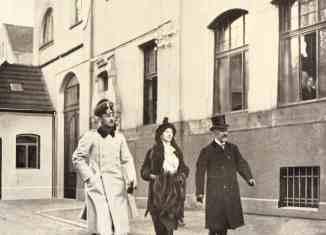 Herzog Ernst-August von Braunschweig und Herzogin Viktoria-Luise besichtigen mit Heinrich Büssing (rechts) das Braunschweiger Werk, das kriegswichtige Fahrzeuge baute. Büssing-Foto Archiv E.-J. Zauner
