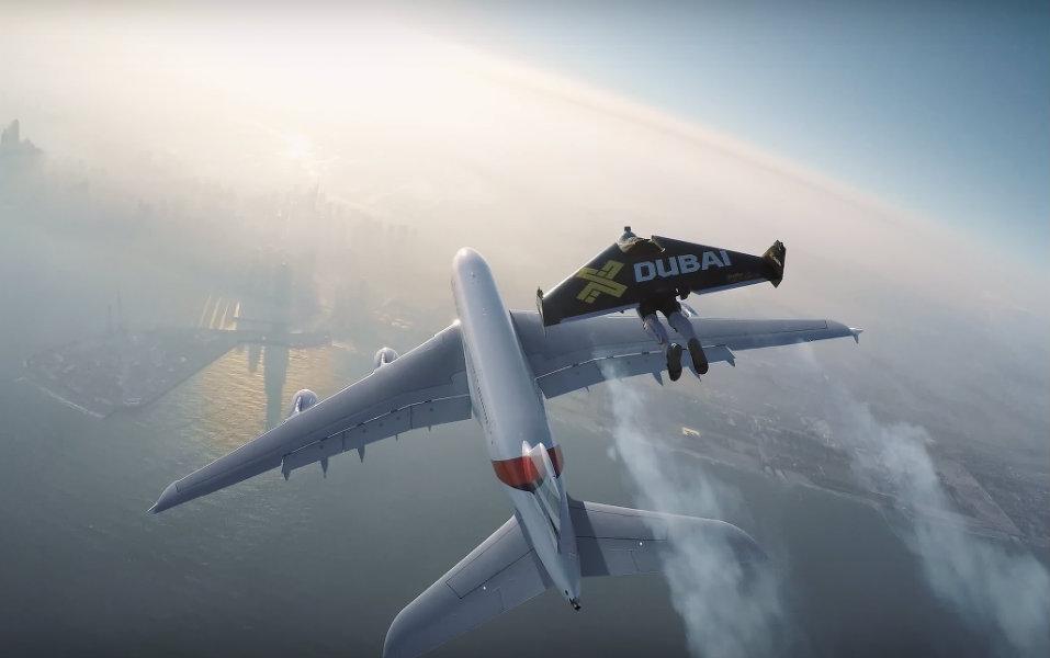 世界最大の旅客機「エアバスA380」と並んで飛ぶジェットマン; 出典: Screenshot Youtube