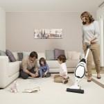 160402 Vorwerk Shop Familie mitK Kobold im Wohnzimmer small