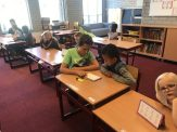 Naast het voorlezen helpen we ook bij het leren lezen