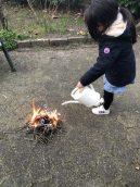 Helena heeft een lesje brandveiligheid gehad met papa