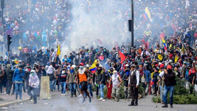 Opptøyer i Equador etter at presidenten ga etter for pengefondets krav om sosiale nedskjæringer.