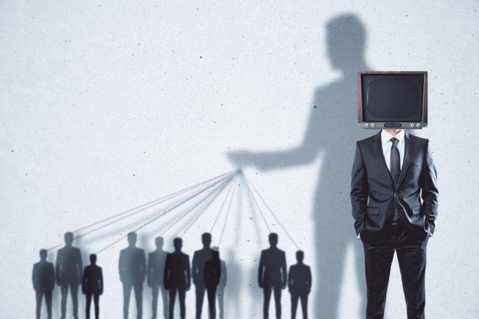 Hvordan skaper mediene holdninger i  publikum?