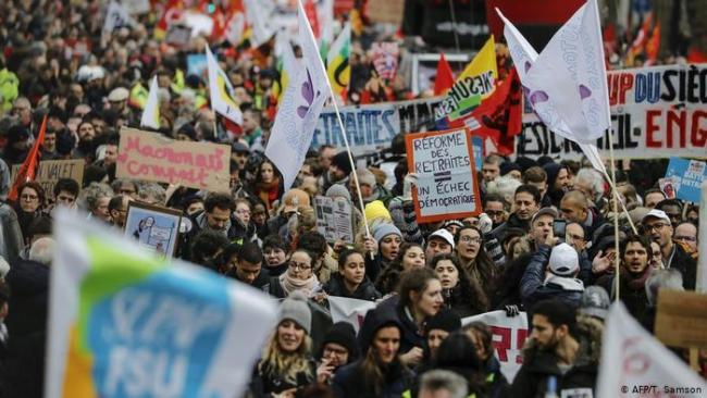 Voldsomme protester i Frankrike mot lov som forbyr fotografering av politiet. (Dvs. politibrutalitet)