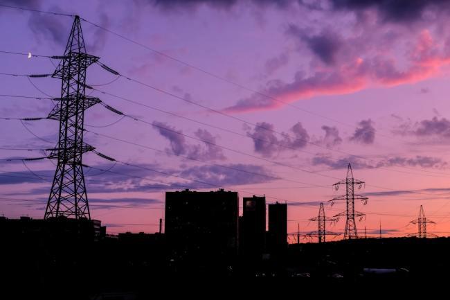 Overgangen til grønn energi fører til ustabile strøm-nett også i Storbritannia.