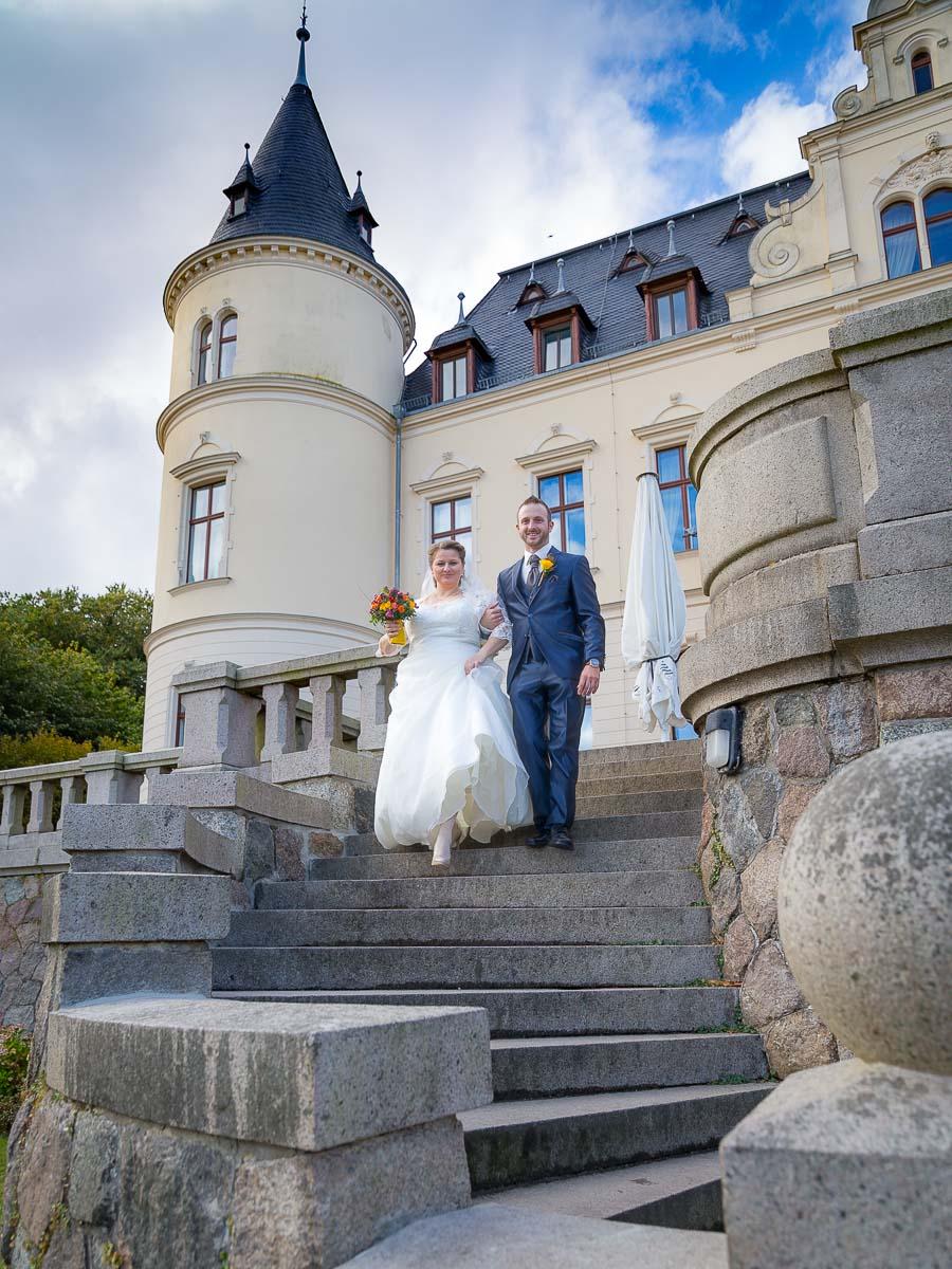 Brautpaar auf der Treppe vor dem Schloss