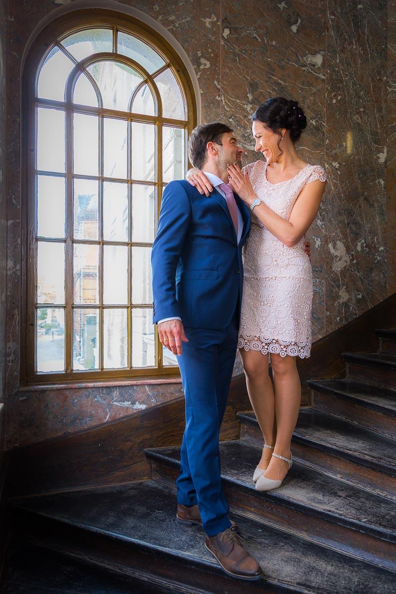 Brautpaar an der Treppe zum Sassnitzer Standesamt