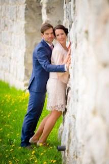 Brautpaar nach der Hochzeit an der Stadtmauer von Sassnitz