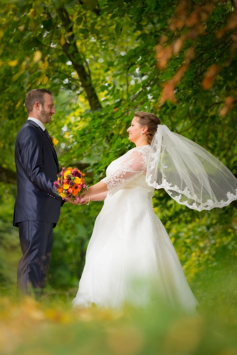 Brautpaar mit wehendem Schleier