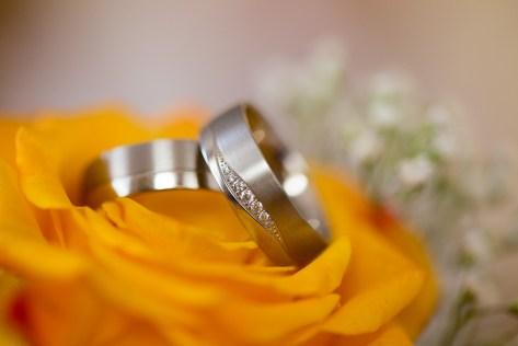 Trauringe auf gelbem Brautstrauß