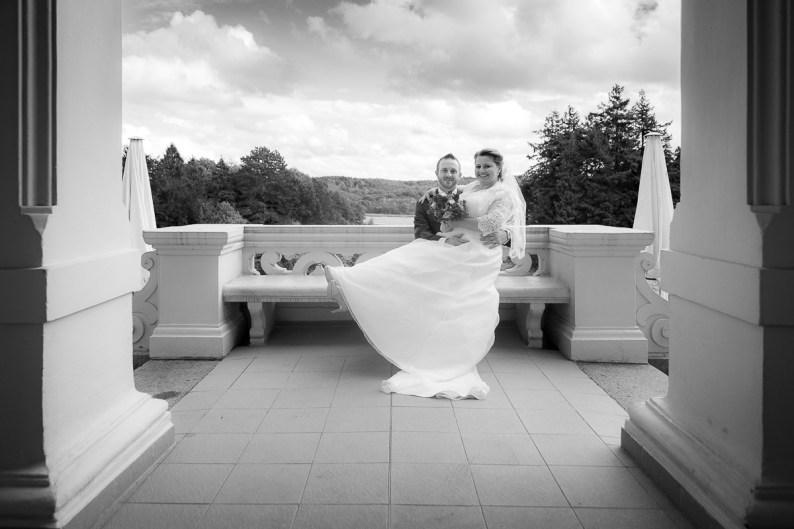 Brautpaar auf der Terasse vom Schloss Ralswiek