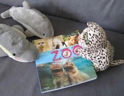 FINN, ANTJE und LEO schauen sich das Buch an. (Foto: Susanne Gugeler)