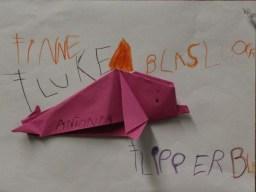Die Kinder haben aus Papier Delfine gefaltet. (Foto: Rüdiger Hengl)