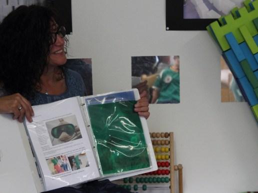 Frau Jung zeigt mir die Projektmappe. (Foto: Rüdiger Hengl)