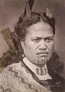 Polynésienne avec tatouage au menton