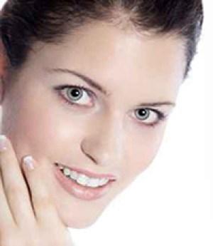 Beauty Frau mit großen Augen blickt hübsch, hoch