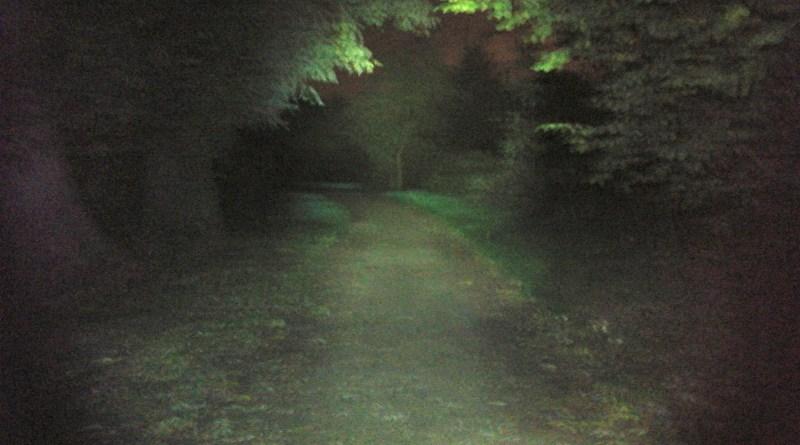 Laufersicht beim Laufen im Dunkeln mit Stirnlampe
