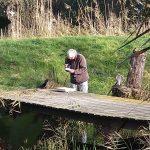 Onderzoeker Will bij de houten brug