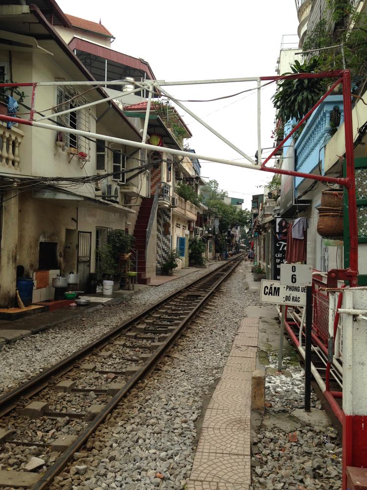 La voie ferrée passe dans les rues de Hanoï