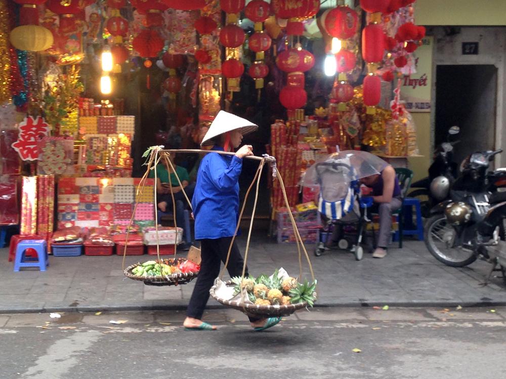 Porteuse de palanche à Hanoi