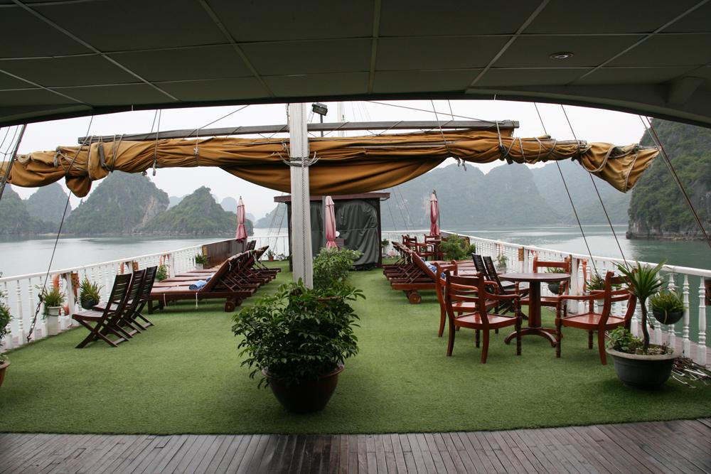 Pont du bateau dans la baie d'Halong