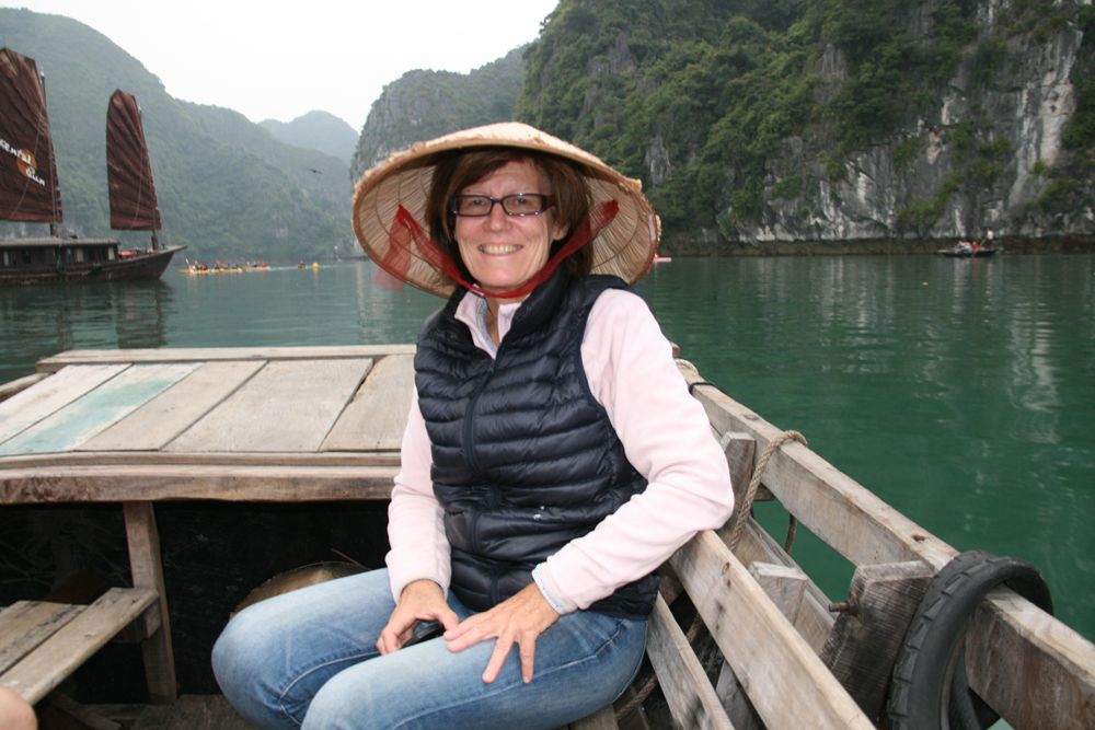 Bateau à rames dans la baie d'Halong