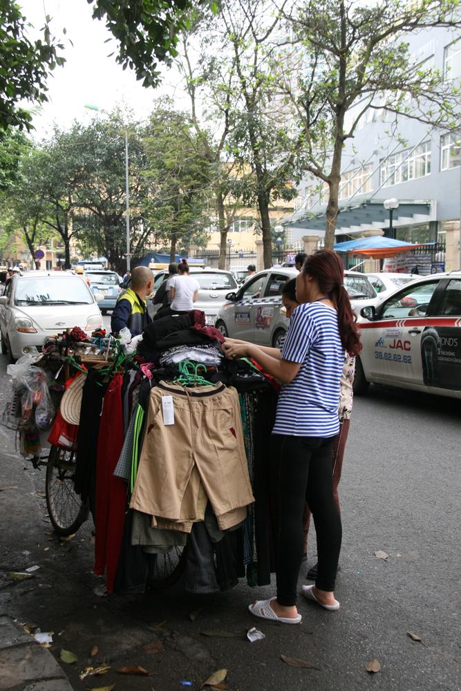 Femme vendant les produits portés sur son vélo