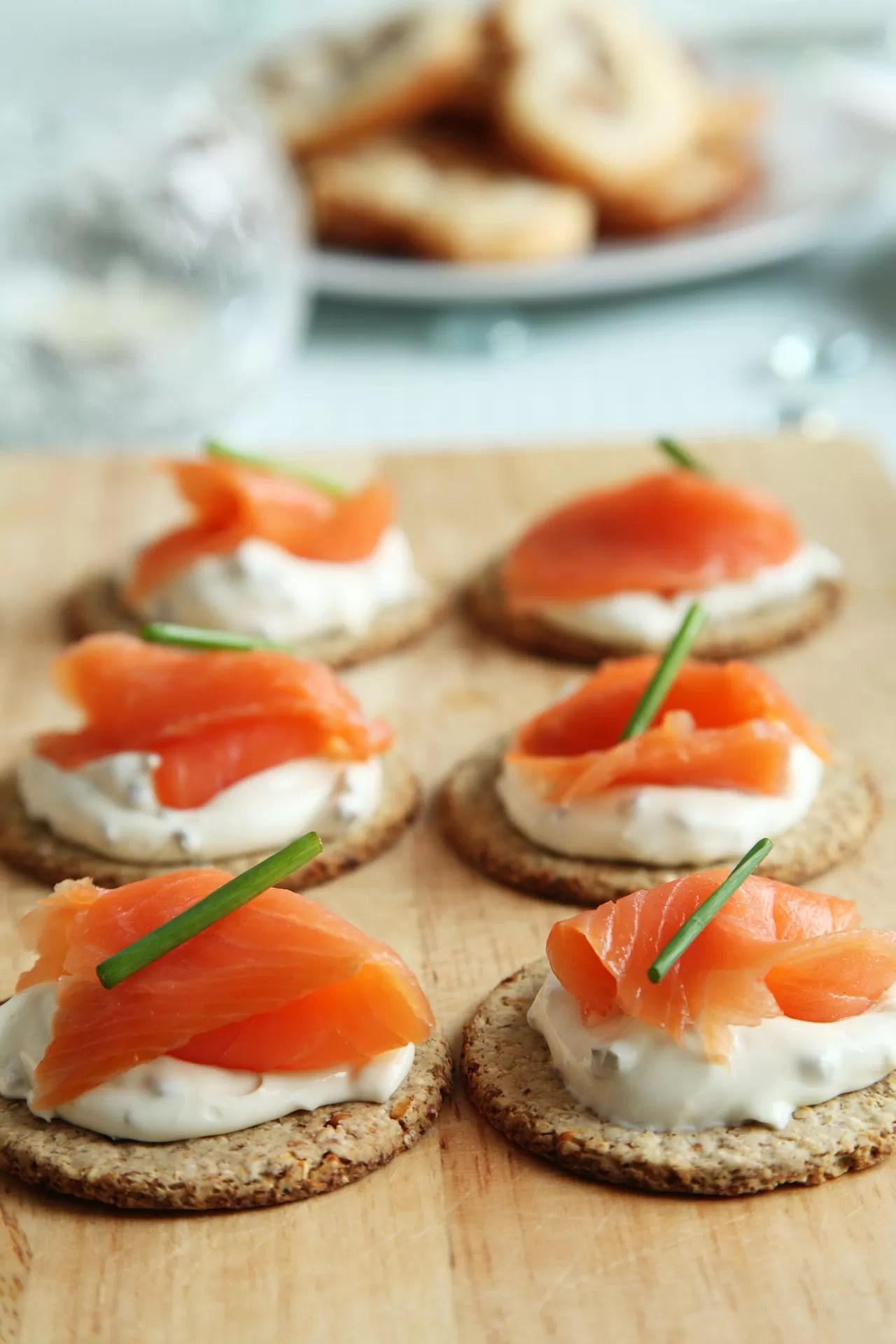 finger food da abbinare al prosecco extra dry dersut - crostini con formaggio spalmabile, salmone affumicato ed erba cipollina