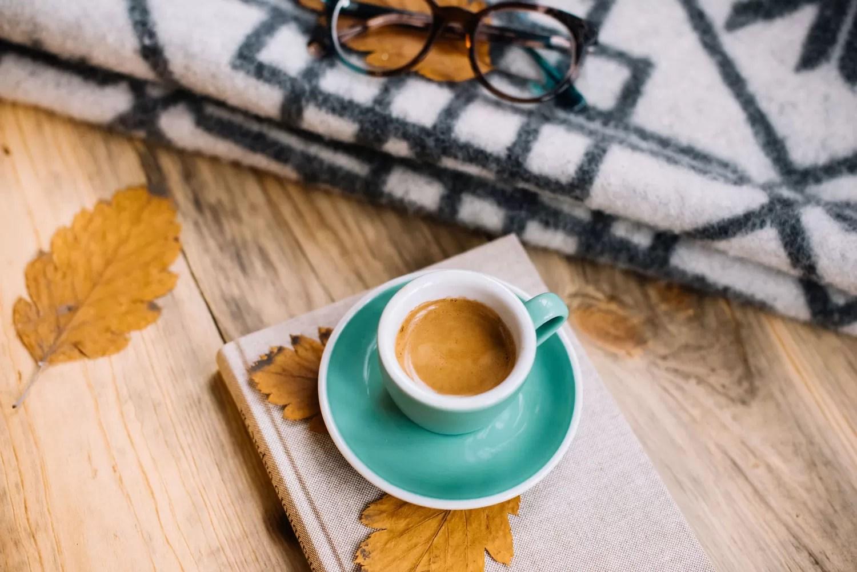 atmosfera autunnale in cucina - tazzina di espresso con foglie secche - dersut