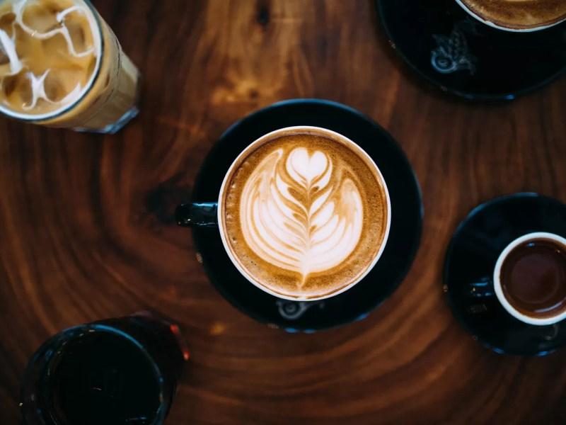 antiossidanti-nel-caffe - tazzina caffè caldo e bicchiere caffè freddo