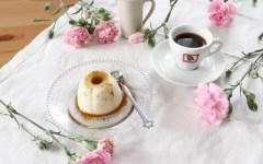 Panna cotta al caffè con scaglie di caramello, la ricetta semplice e veloce