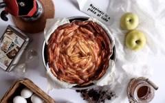 Torta soffice alle mele con glassa al caffè