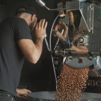 cafe tostado saliendo de la tostadora