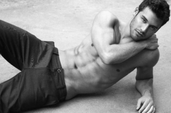 ryan-guzman-pose-a-la-perfection-muscle