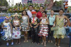 Niños con trajes elaborados de material reciclado y Jurado Calificador