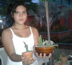 Kendry Ruiz Arauz ofertando los cactus