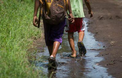 Para ir a la escuela los niños pasan por trochas que en invierno se inundan y que todo el tiempo permanecen solitarias. Carlos Herrera. Niú