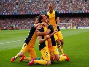Jugadores se abrazan en el campo
