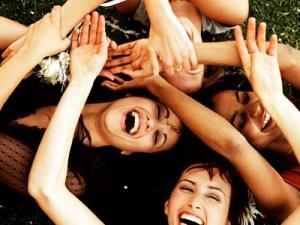 Grupo de chicas riendo en la grama