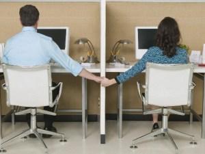 Dos usuarios de computadora, coqueteando fisicamente
