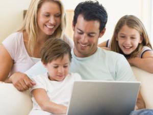 Familia conectada a la red
