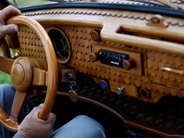 Los limpiaparabrisas, la antena de radio y los espejos retrovisores también están cubiertos con madera. Foto: Infobae