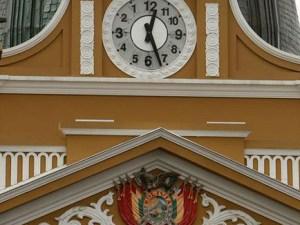 Reloj boliviano gira a la izquierda