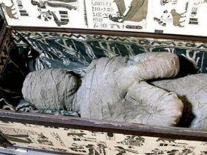 Mujer mantuvo a su madre momificada